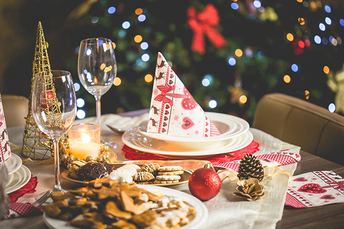 クリスマスのホームパーティーで料理の持ち寄りに便利な大皿と容器